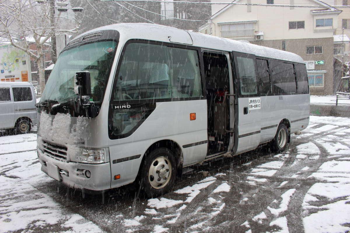 会津川口駅からはマイクロバスのような代行バスに乗車