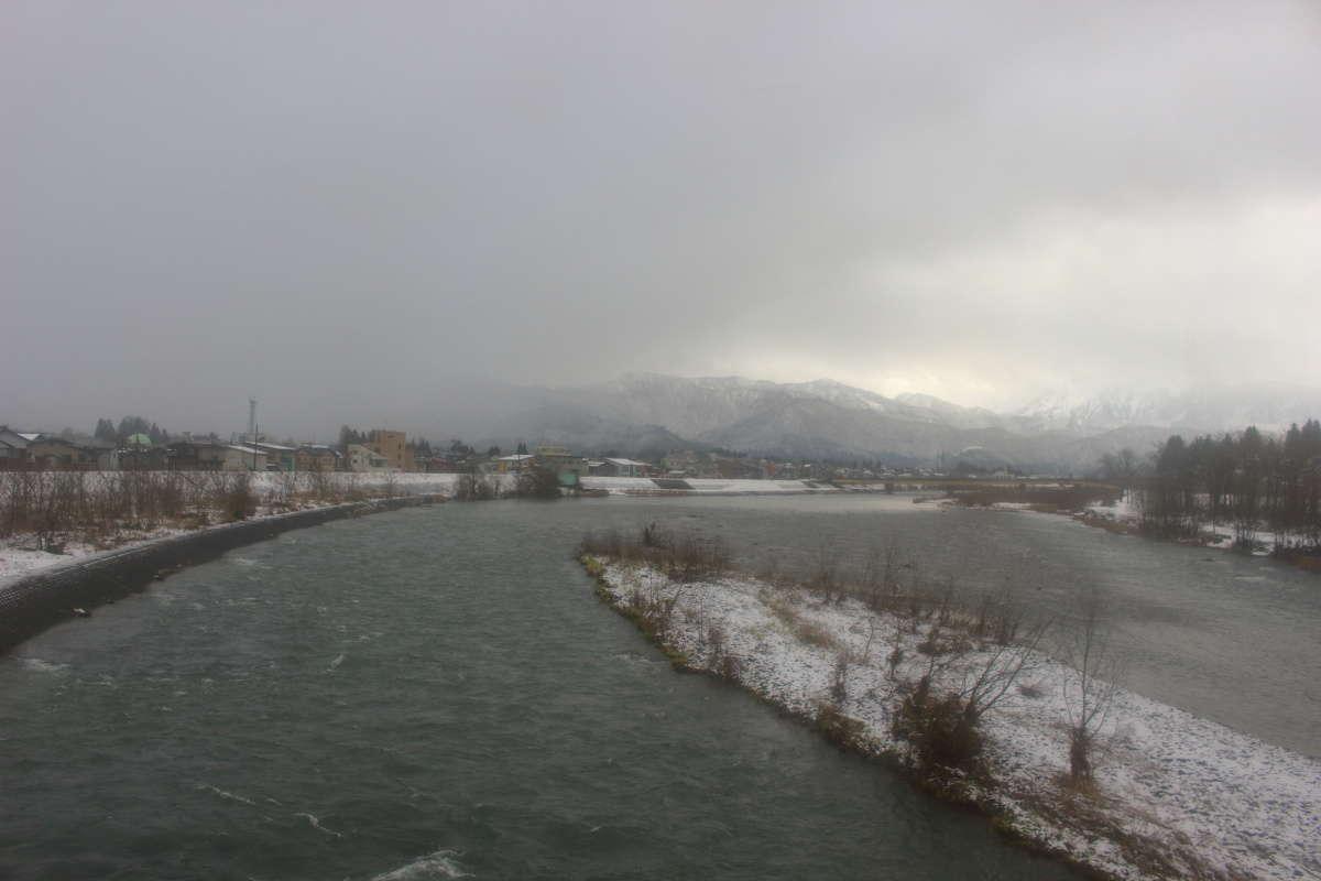 魚野川を渡る