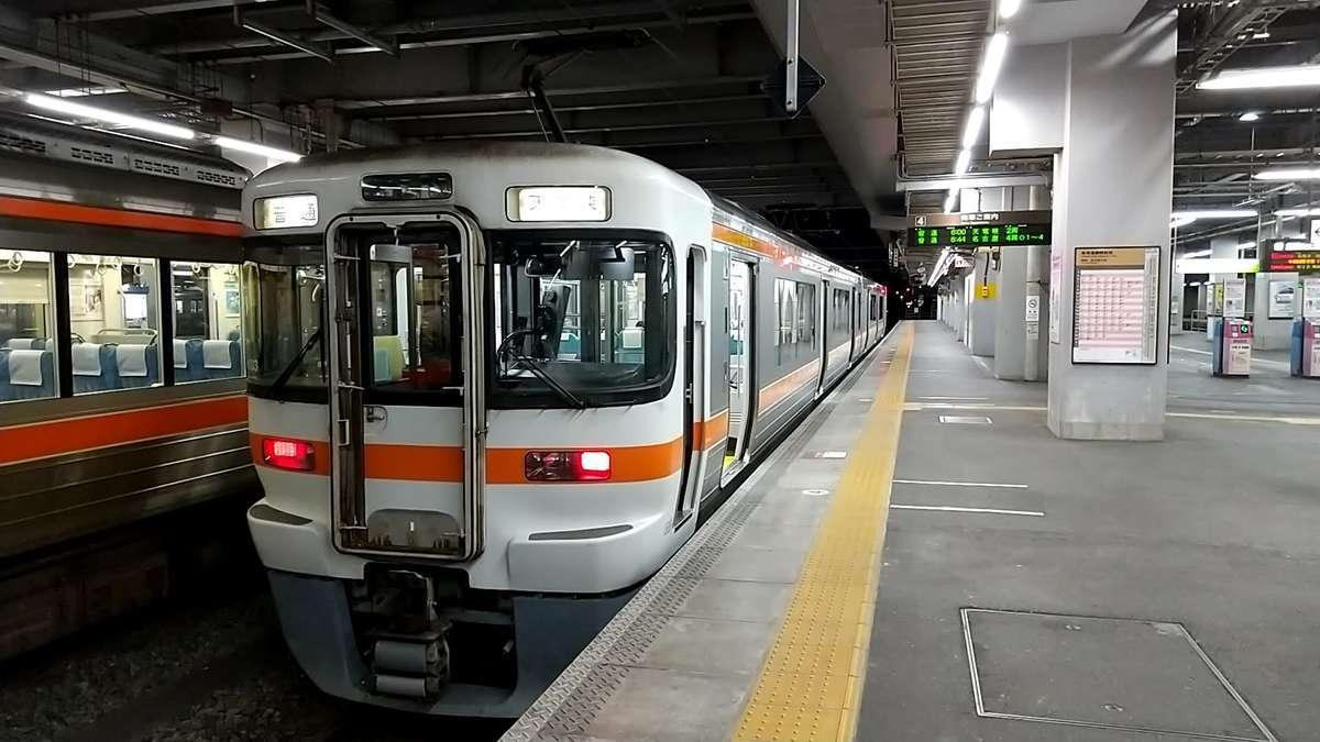 豊橋駅で発車を待つ飯田線の列車
