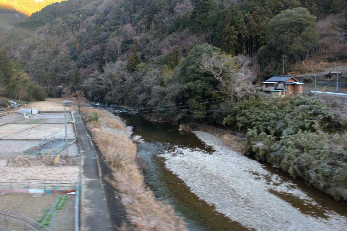 天竜川の支流「相川」を渡る