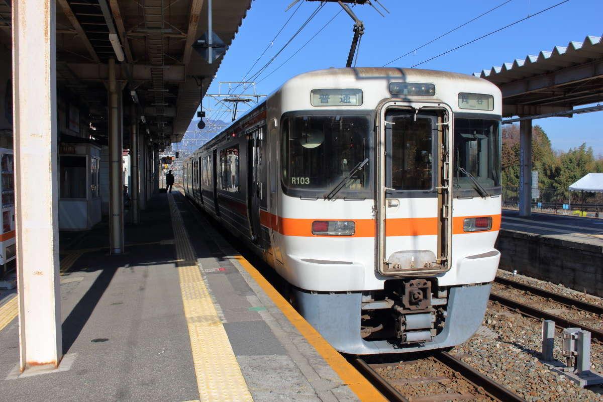天竜峡駅に停車中の飯田線の電車