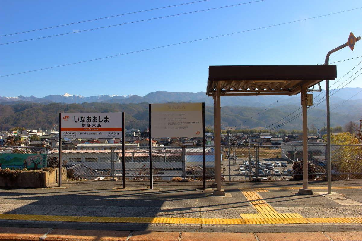 伊那大島駅で行き違いのために停車、盆地の向こうに南アルプスが!