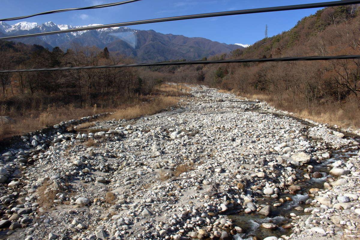 田切地形の象徴的な川、中田切川を渡ります
