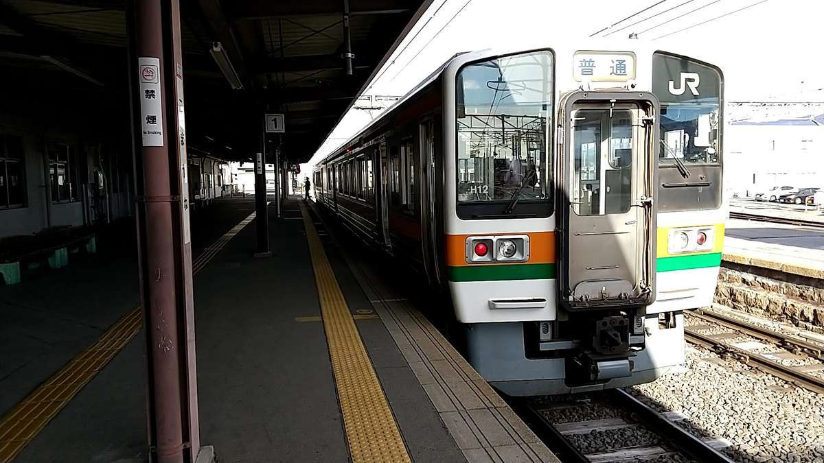 駒ヶ根駅始発の岡谷行きは211系2両編成