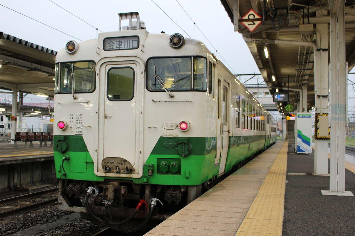 会津若松駅で発車を待つ只見線の列車