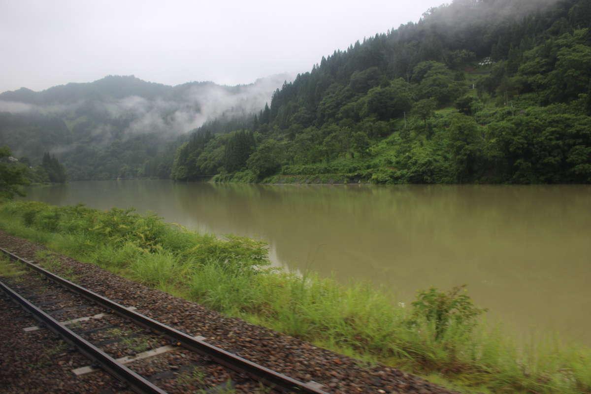 たっぷりの水をたたえる只見川の車窓