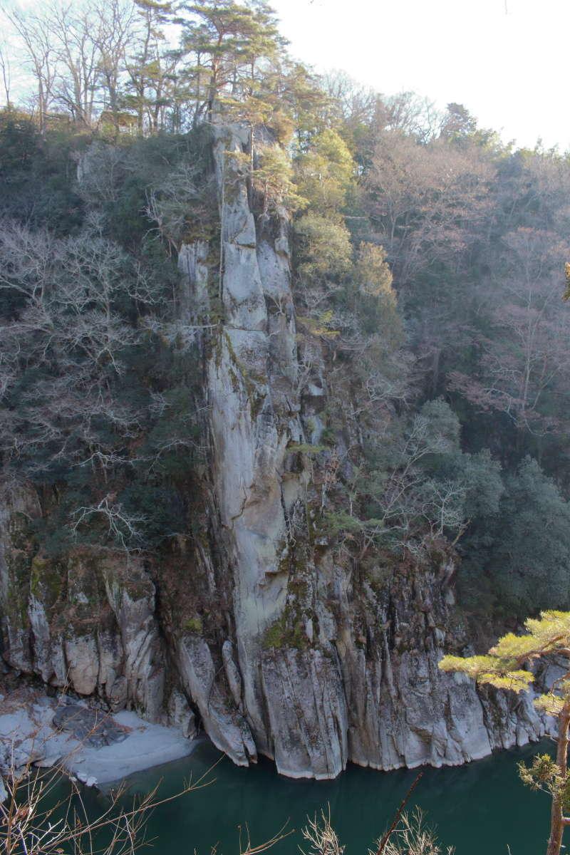 天竜川の遊歩道から眺める巨大な一枚岩「龍角峯」