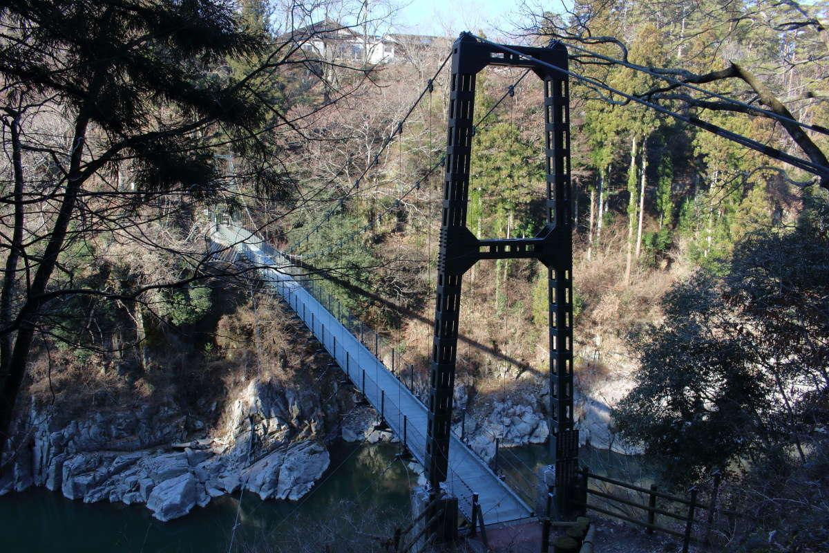 階段の途中で振り返るとつつじ橋の全景を見ることができます