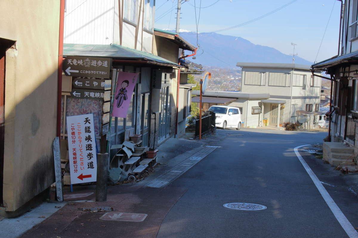建物の間にある細い道へ左折