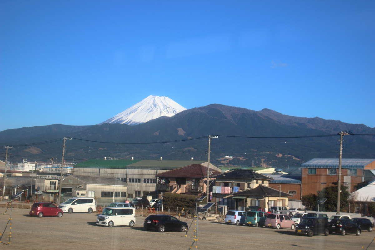沼津近辺の東海道本線の車窓から眺める富士山