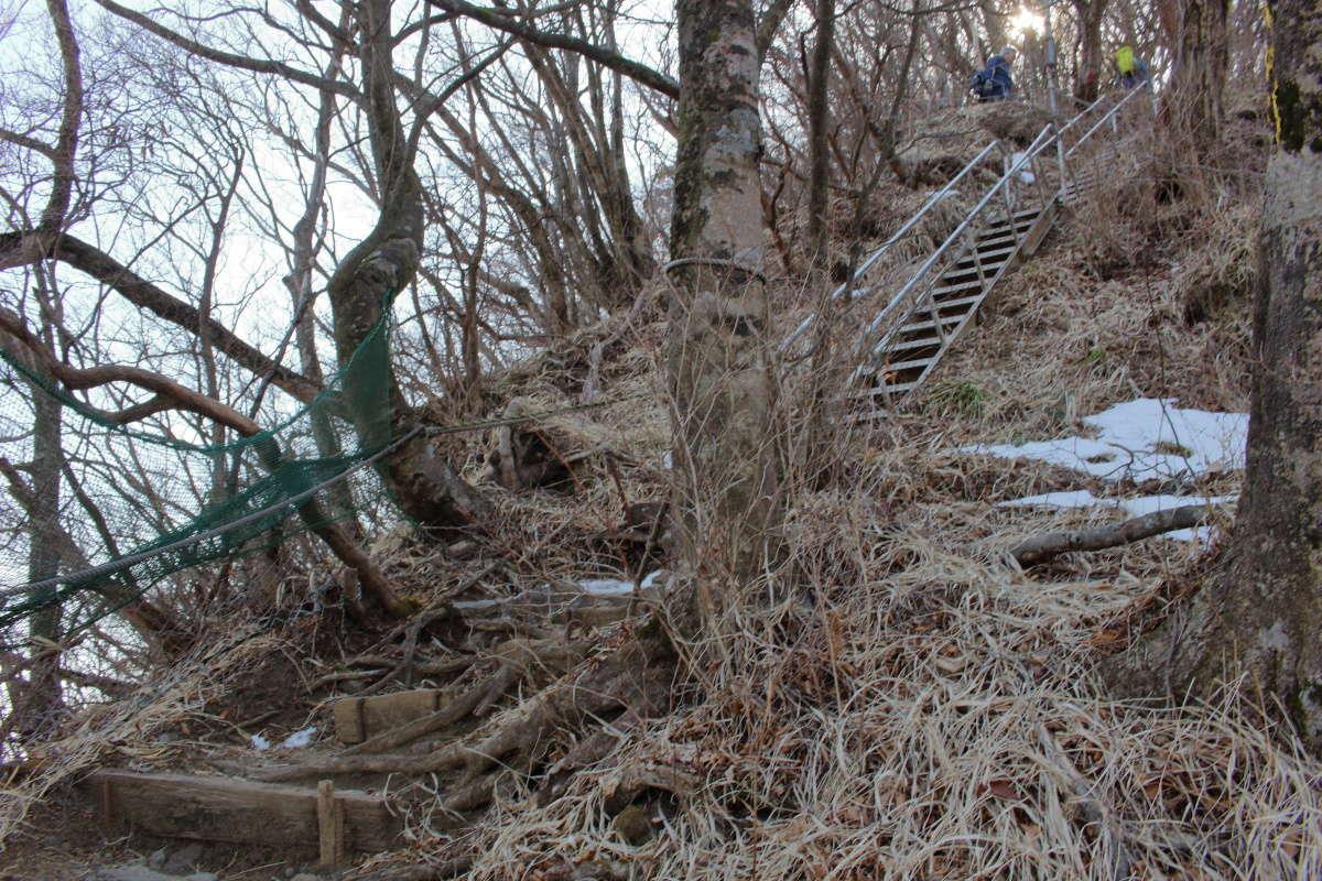 金時山山頂直下の急坂には階段も多くあります