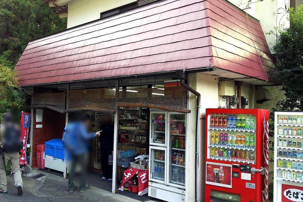 軍畑駅前の商店はすでに開いていました