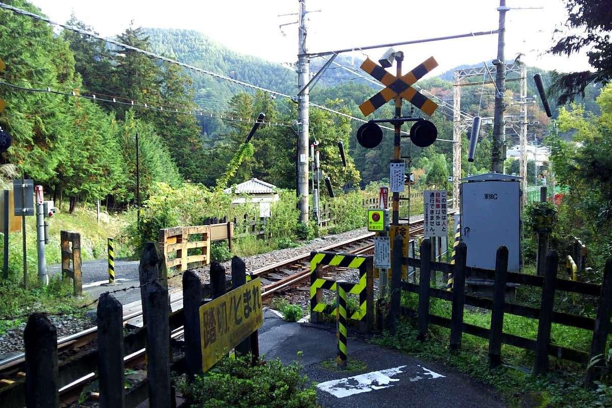 軍畑駅から線路沿いに進みこの踏切を渡ります