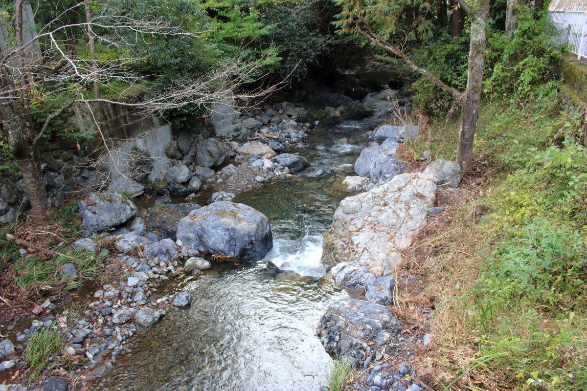 車道沿いに流れる平溝川