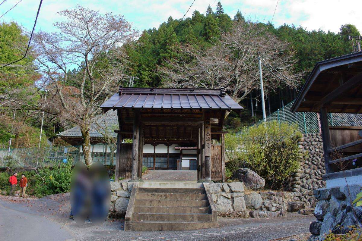 高源寺の前で本格的な登山準備を整えます