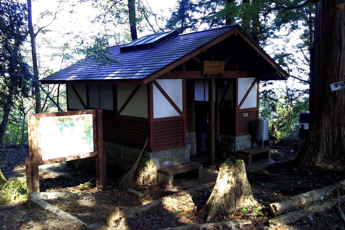 高水山常福院 不動堂の裏にはトイレがあります
