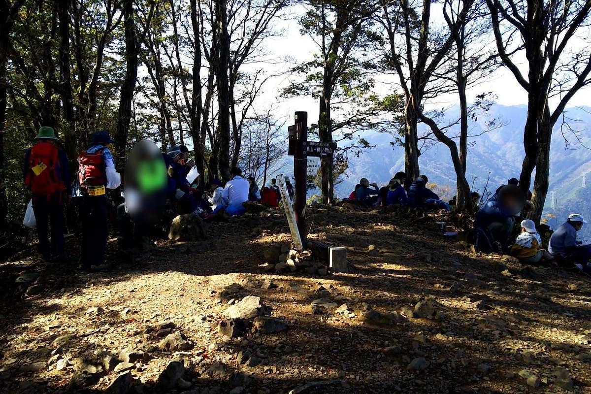 岩茸石山の山頂に到着! 山頂は大勢の人で賑わっていました