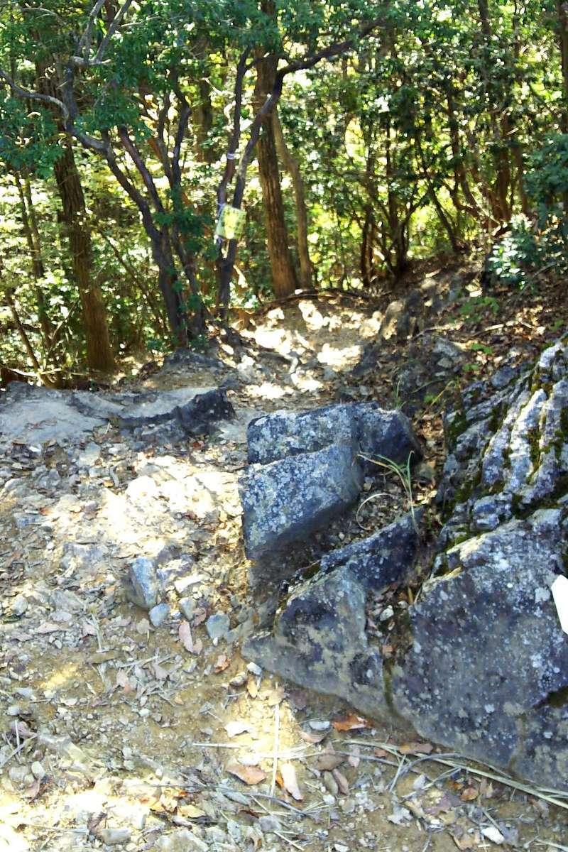 岩茸石山山頂直下の急坂を慎重に下ります