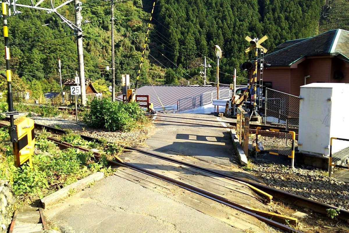 登山口の前には青梅線の踏切! 御嶽駅まであっという間です!