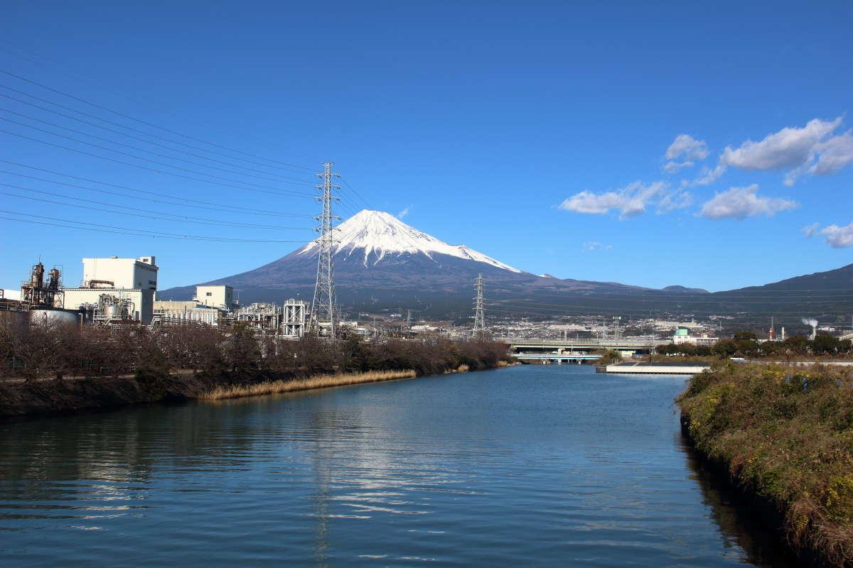 田子の浦へ注ぐ川を渡る橋からも富士山がバッチリ!