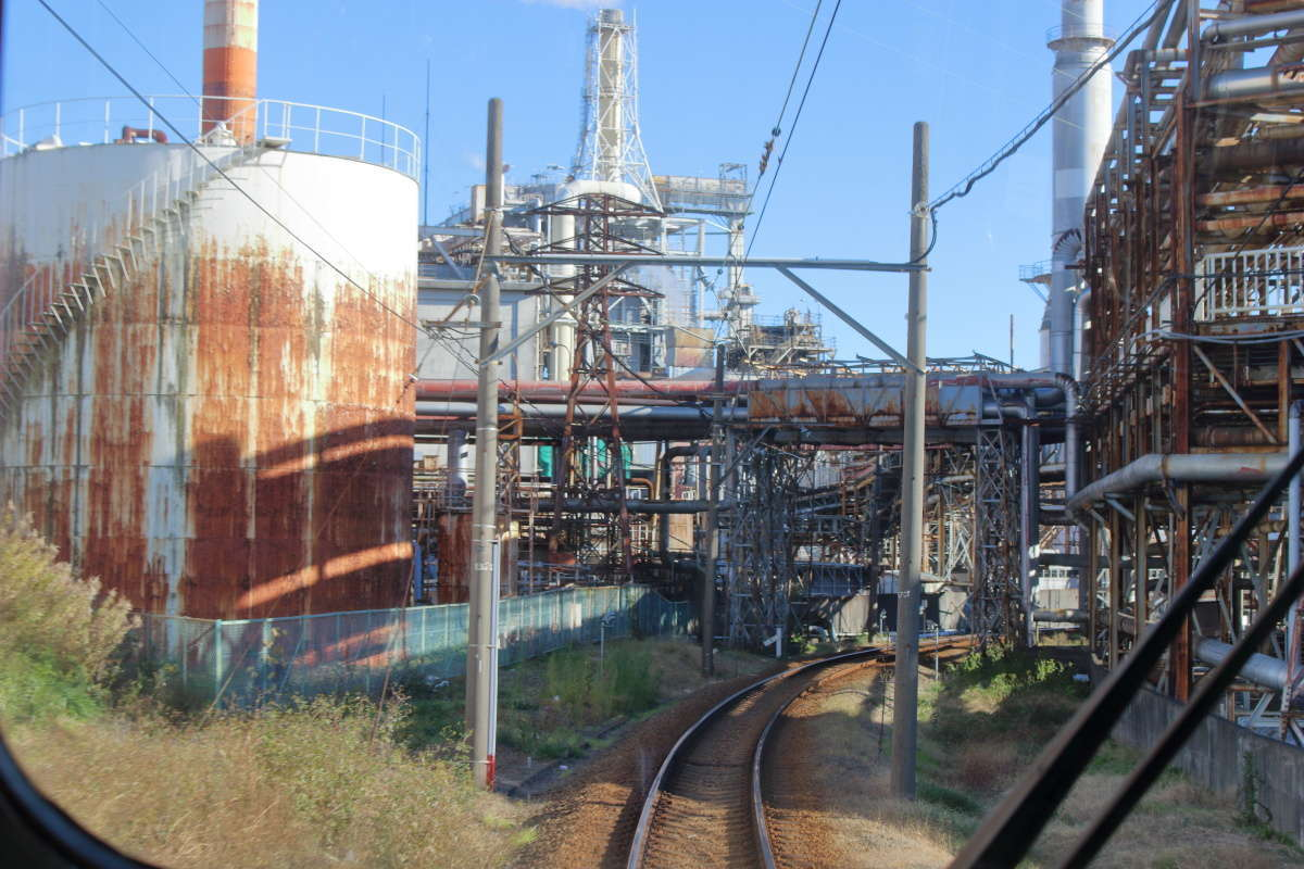 岳南原田駅近くでは工場の敷地内を通り抜けていきます