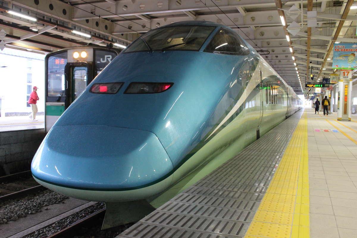 新庄駅で出発を待つ「とれいゆつばさ2号」