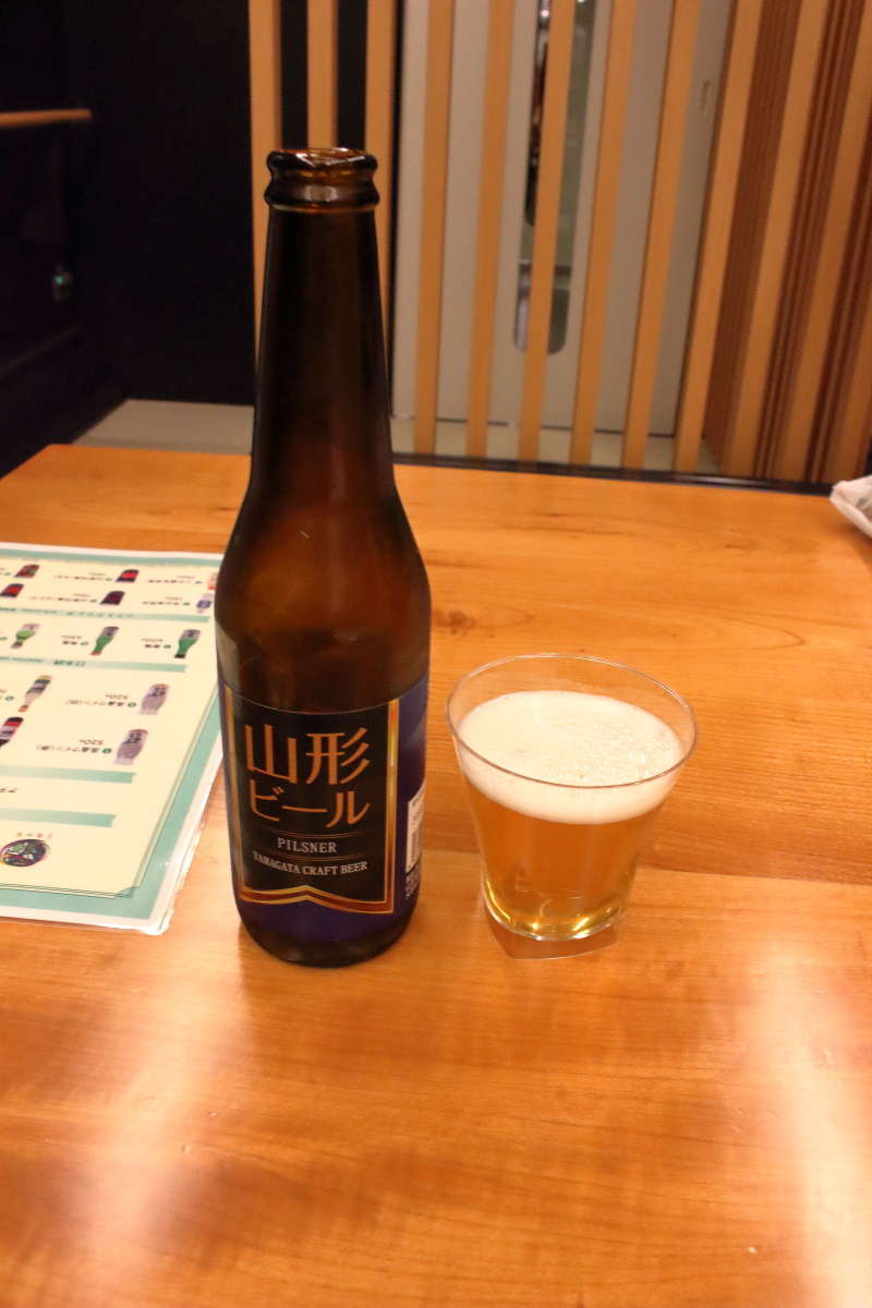 「とれいゆつばさ」バーカウンターで購入した「山形ビール ピルスナー」