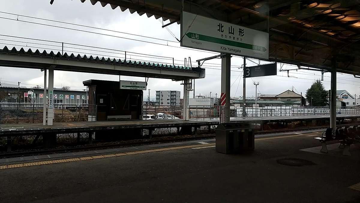 北山形駅で後続の「つばさ150号」に抜かれます