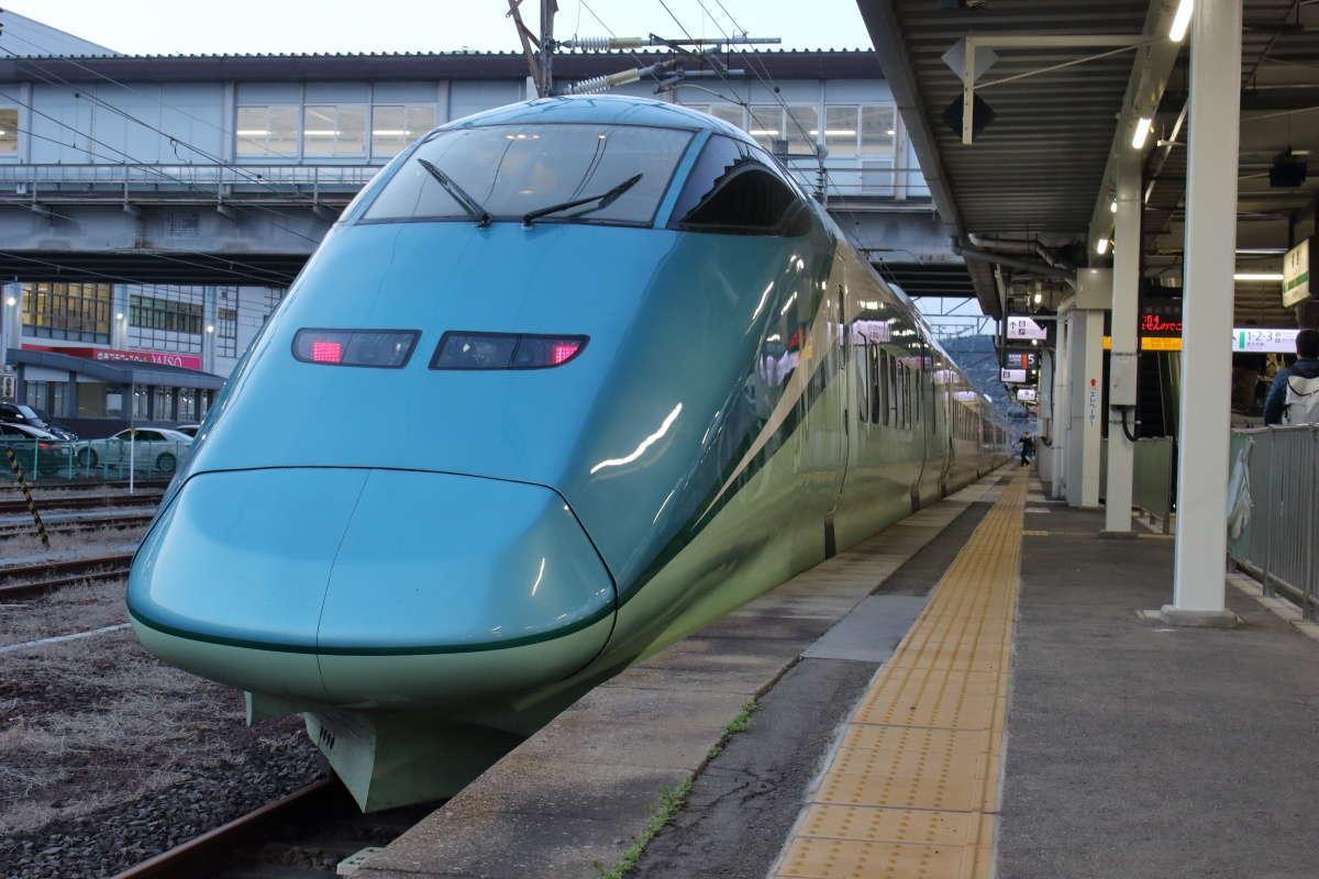 福島駅在来線ホームに到着した「とれいゆつばさ」