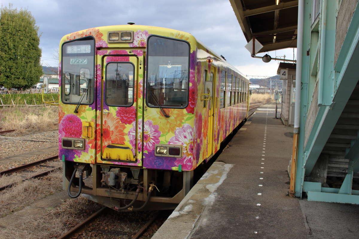 赤湯駅で出発を待つフラワー長井線の気動車