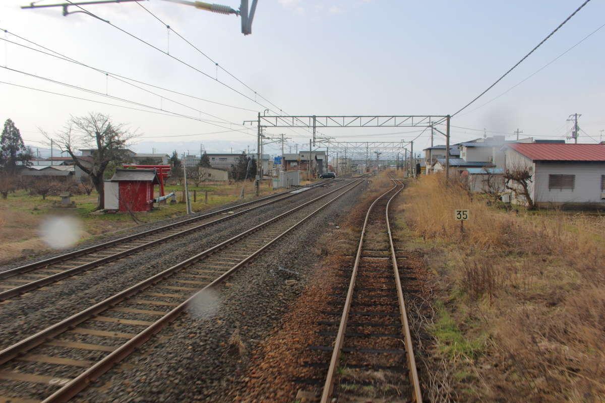 山形鉄道フラワー長井線は奥羽本線と少し並走して西へ