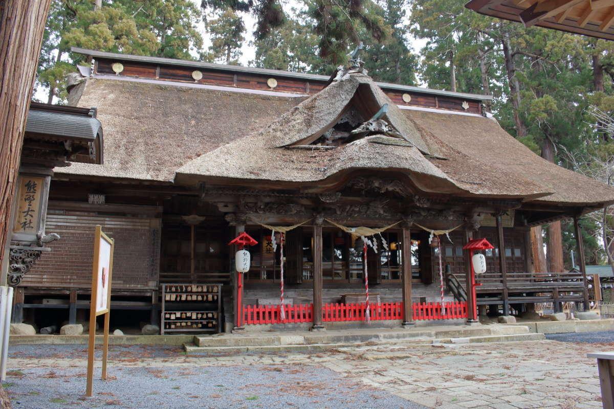 茅葺屋根が特徴的な熊野大社の拝殿