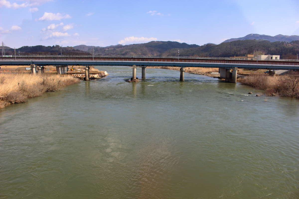 最上川橋梁では最上川を渡ります