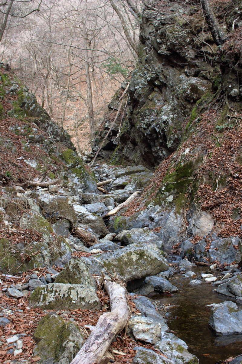 岩がせり出して狭まっているところを登っていきます