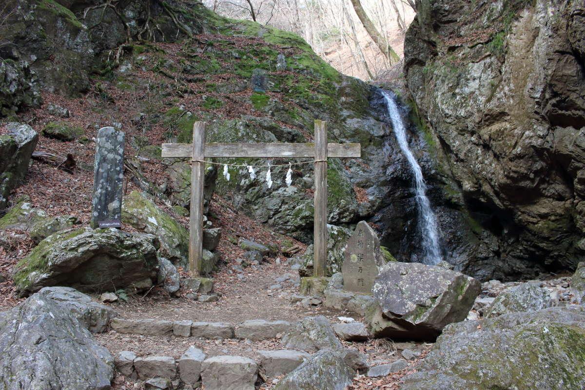 ロックガーデンの上流側にある「綾広の滝」