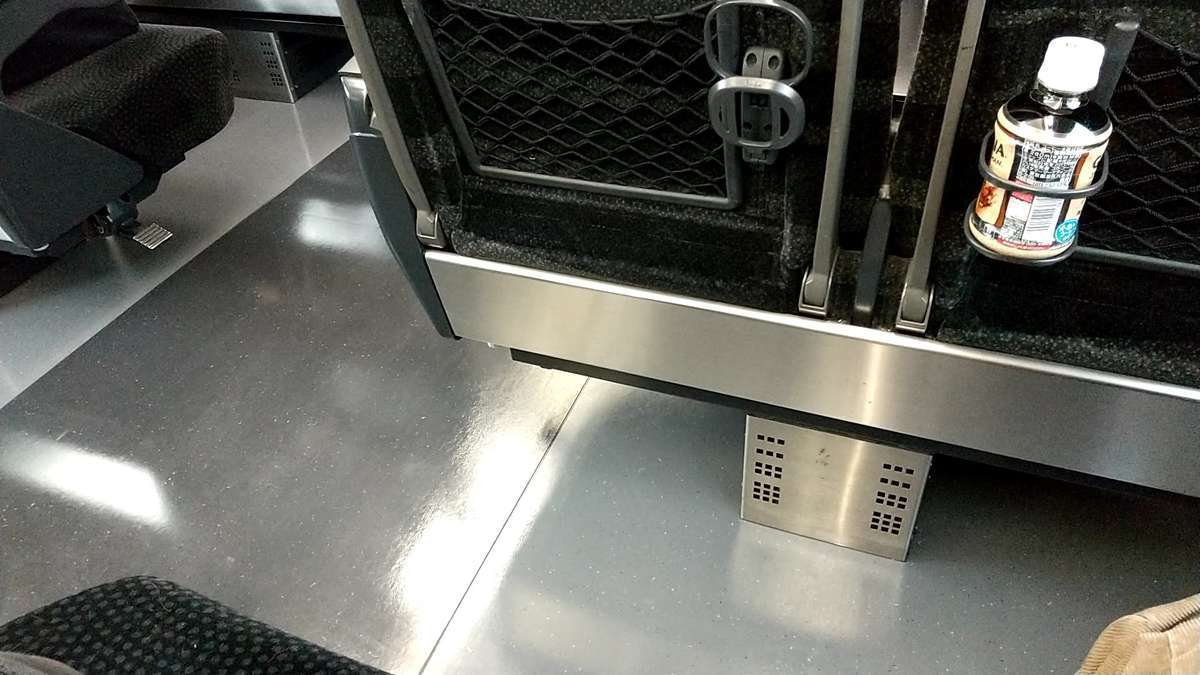 特急「ひたち」「ときわ」(E657系)普通車のシートの足元は余裕あり