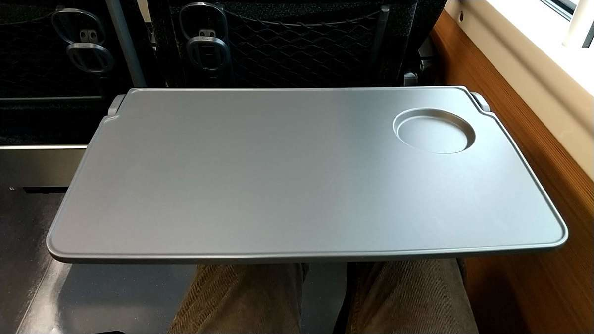 特急「ひたち」「ときわ」(E657系)のテーブル