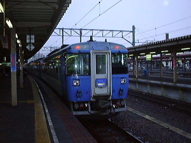 函館駅で発車を待つ特急「北斗」