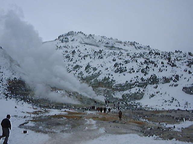噴煙を上げる硫黄山