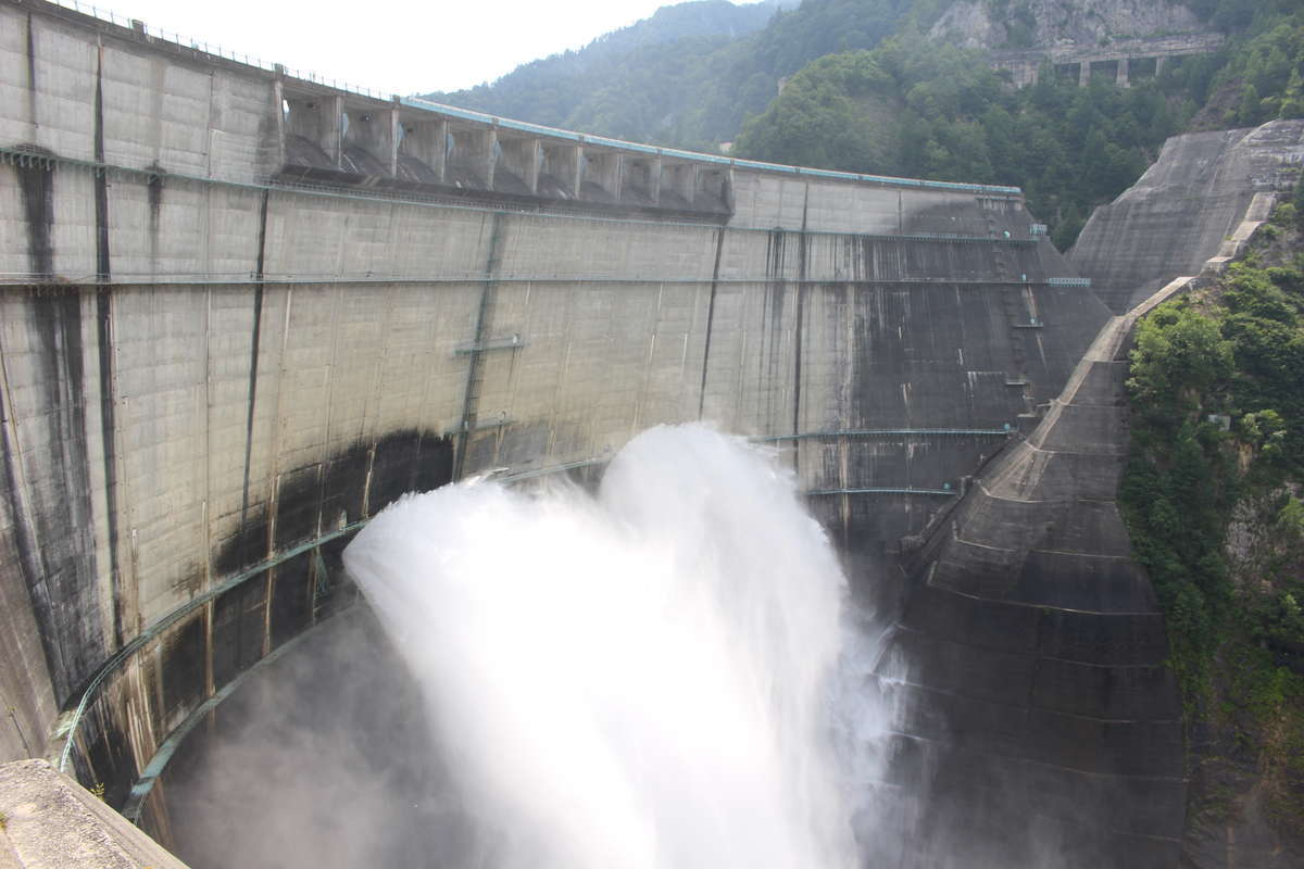 間近で眺める大迫力の黒部ダムの放水