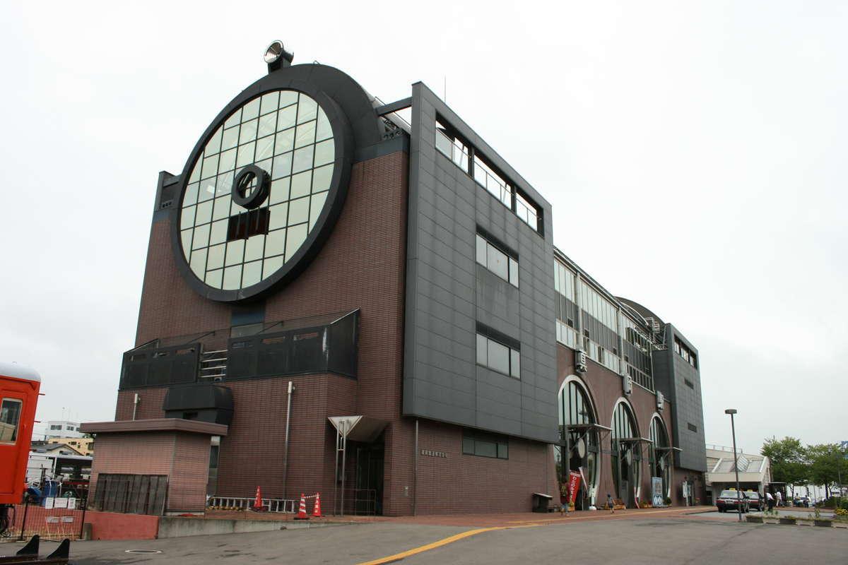SLが展示されている「SLキューロク館」(真岡駅)