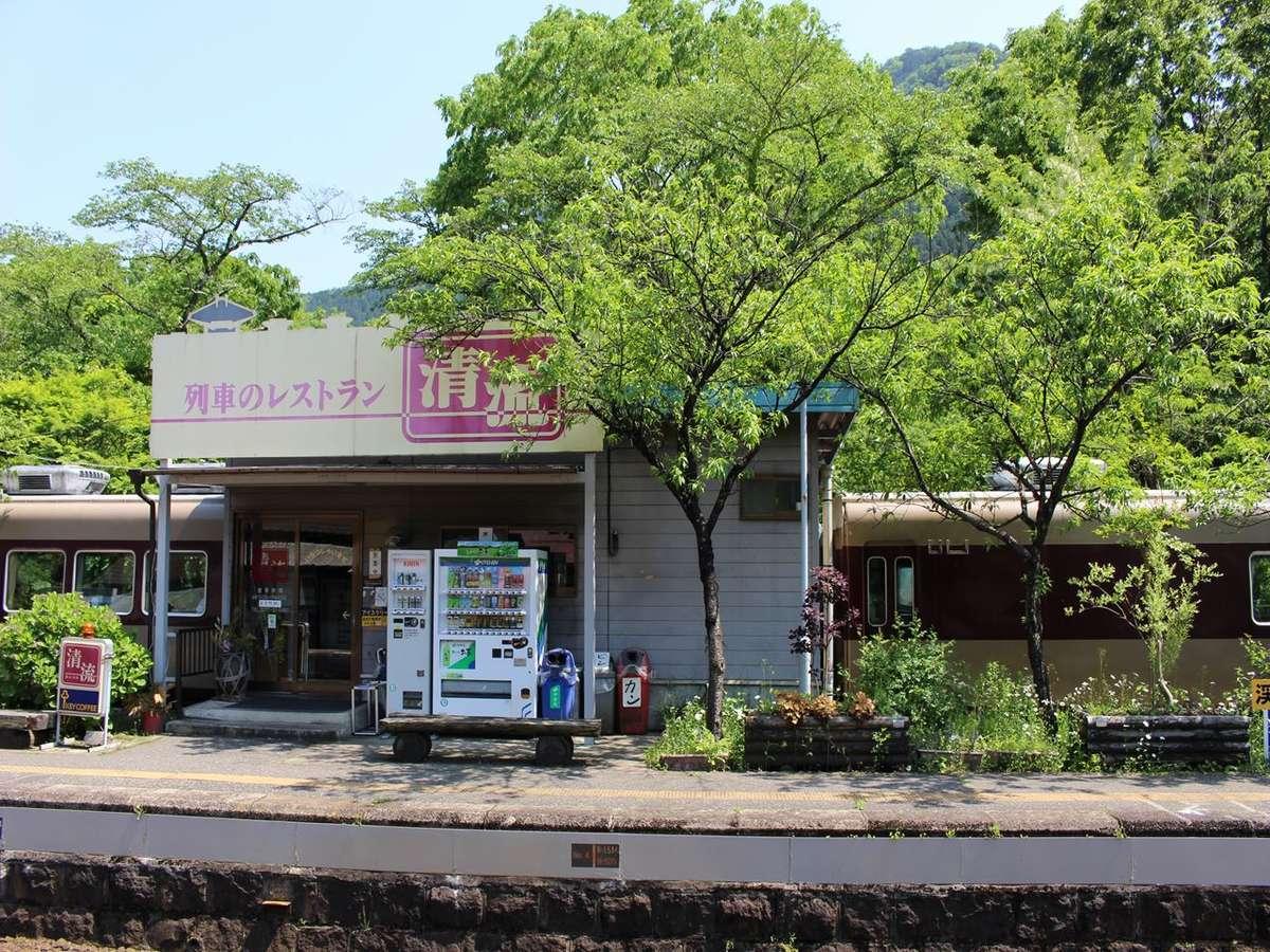 東武鉄道の古い特急車両を利用した「レストラン清流」(神戸駅)