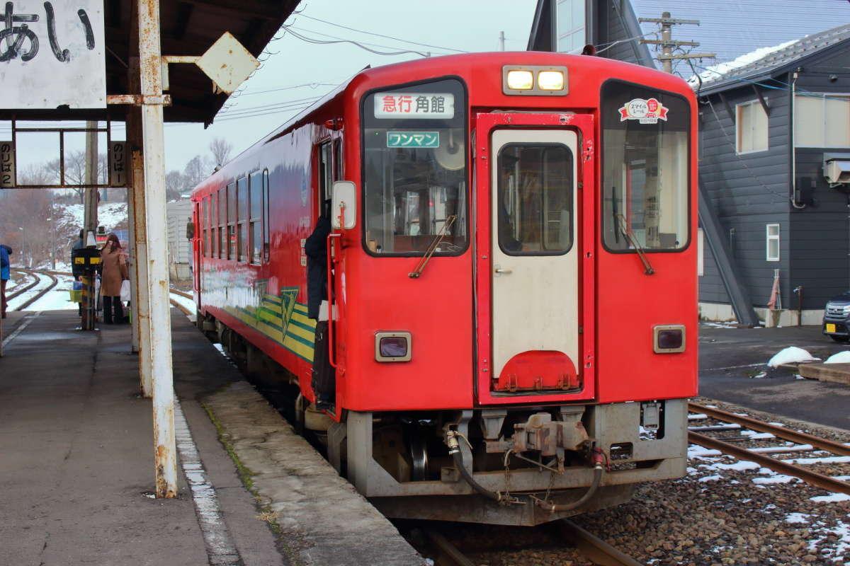 阿仁合駅で出発を待つ秋田内陸鉄道の急行角館行き
