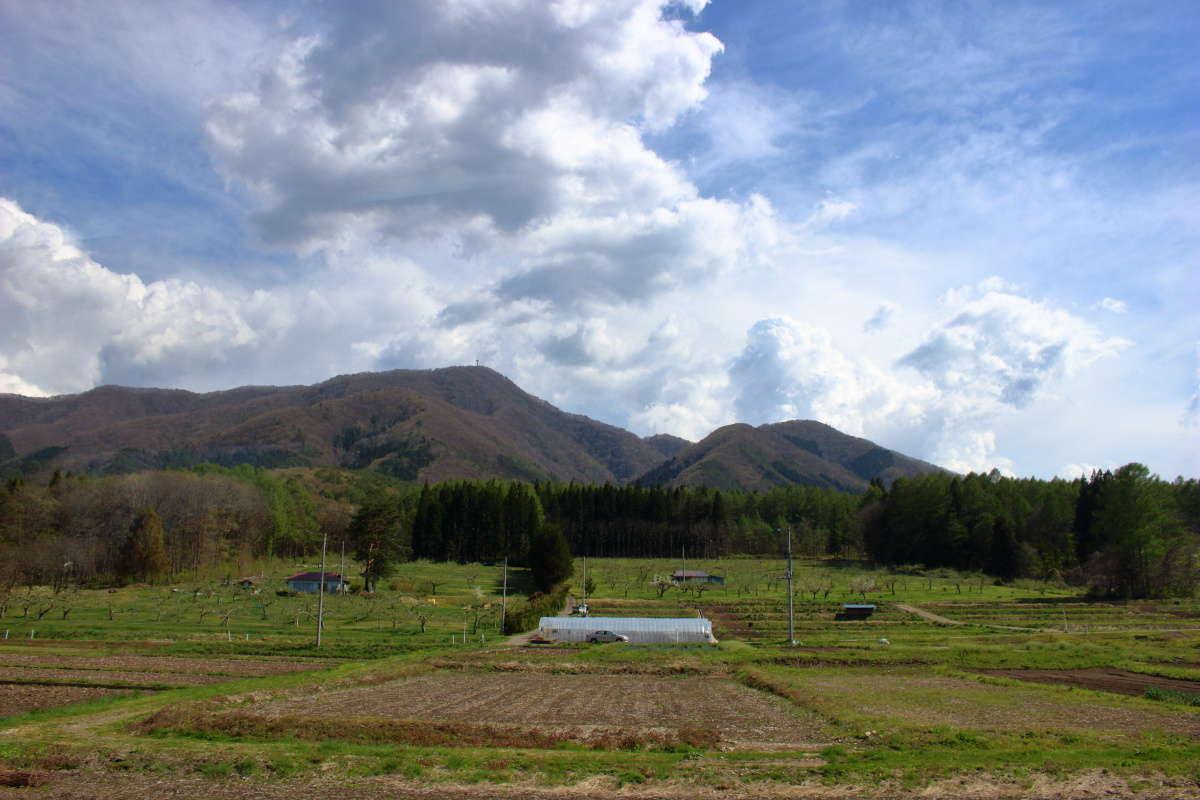 会津鉄道の沿線には里山の風景が広がる