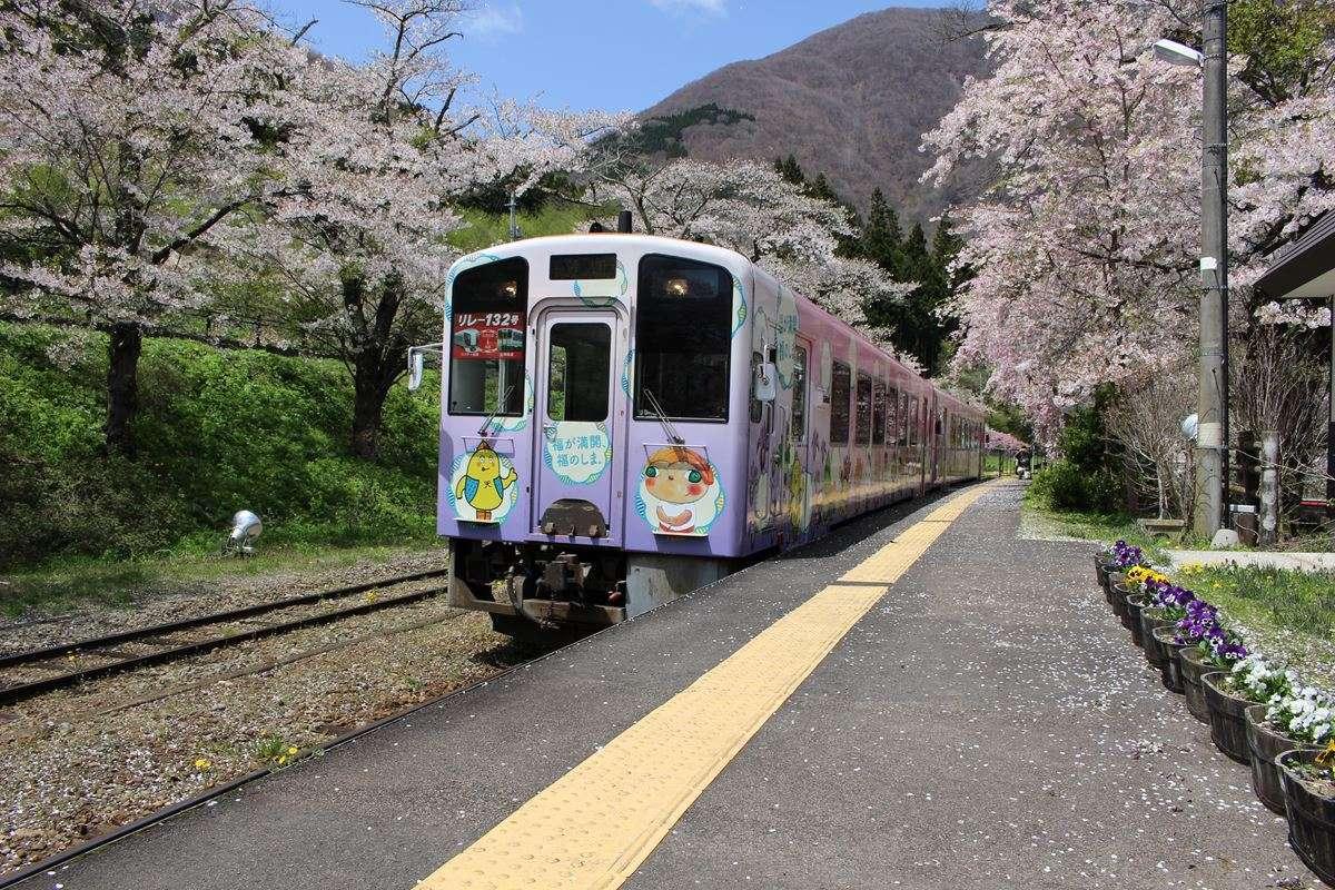 湯野上温泉駅に到着する会津鉄道の気動車