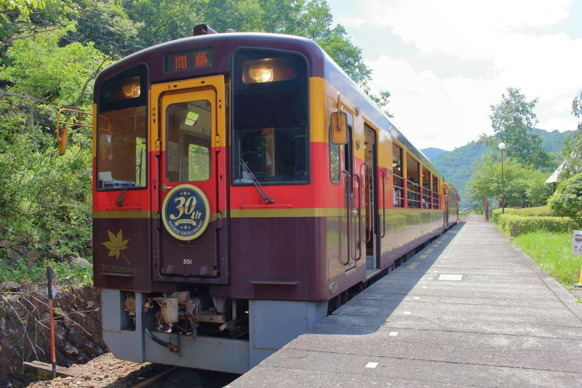 間藤駅で出発を待つわたらせ渓谷鐵道「トロッコわっしー号」