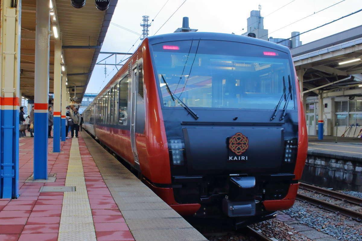 羽越本線を走る新しい観光列車「海里」