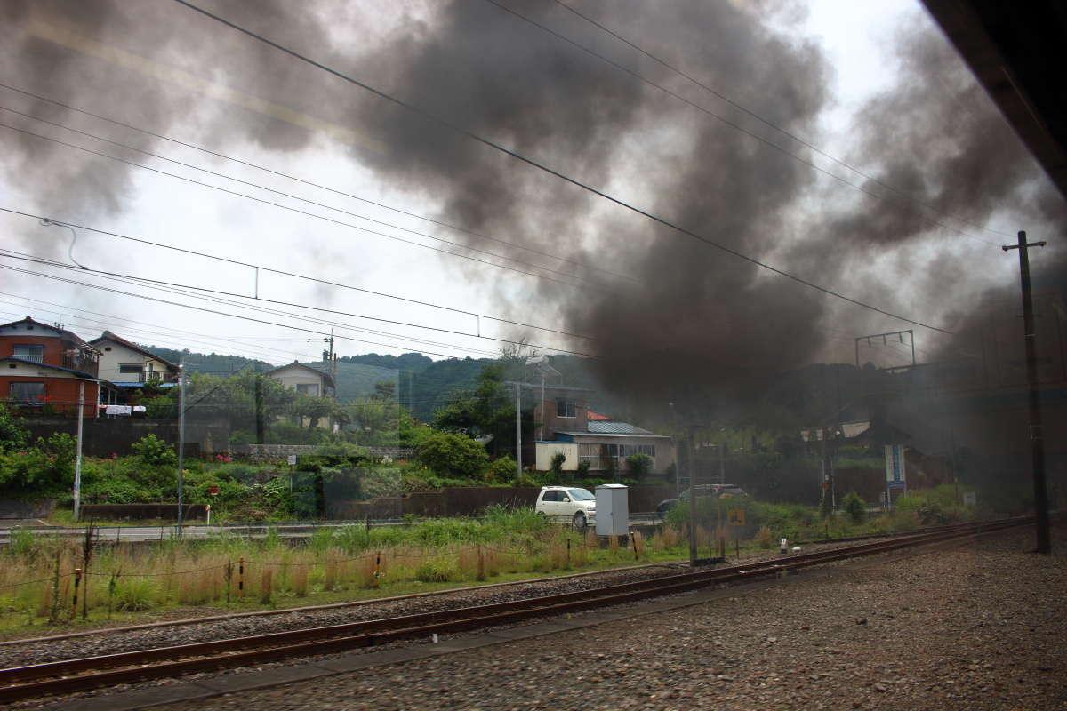 上越線の上り勾配では客車からも煙が見えます