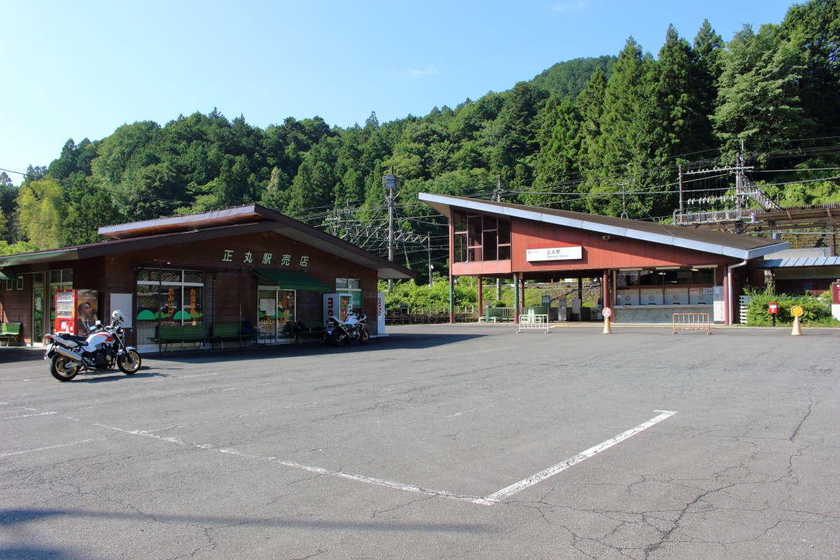 洒落たデザインの正丸駅と山小屋のような売店