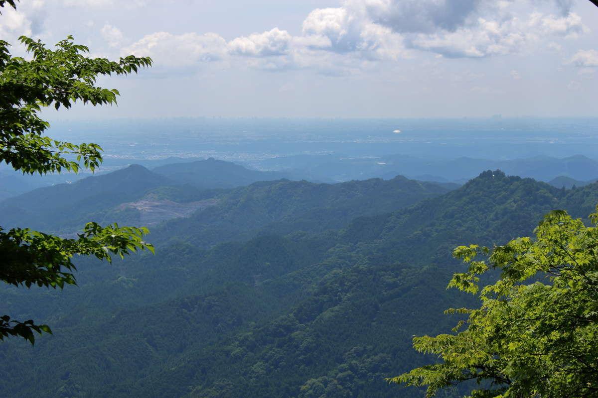 伊豆ヶ岳山頂手前の広場からの眺望、関東平野の街並みを一望